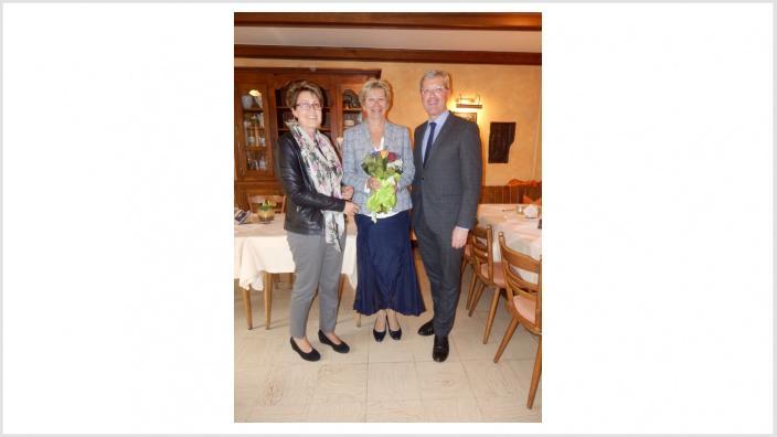 Brigitte Donie und Dr. Norbert Röttgen gratulieren Martina Unger