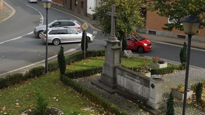 Verkehrssituation am Denkmal in Miel